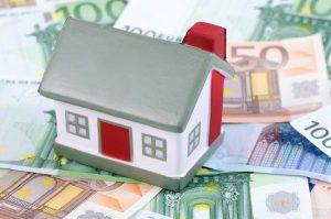 Model domu položený na eurách