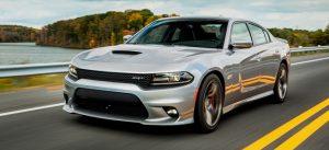 Auto striebornej farby na ceste v Amerike